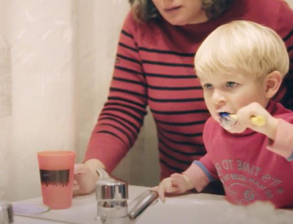 Série vidéos Dis-moi avec Wesco, comment encourager bébé à se lasser les mains et brosser les dents ?