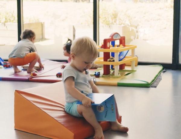 Série vidéos Dis-moi avec Wesco, donner un livre à bébé pour l'éveiller