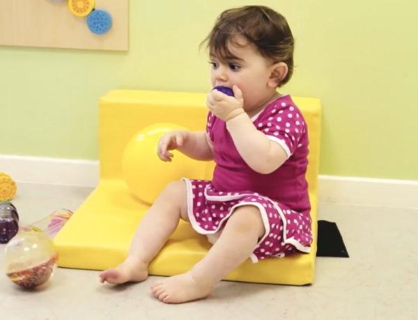 Série vidéos Dis-moi avec Wesco, pourquoi les bébés mettent tout à la bouche ?