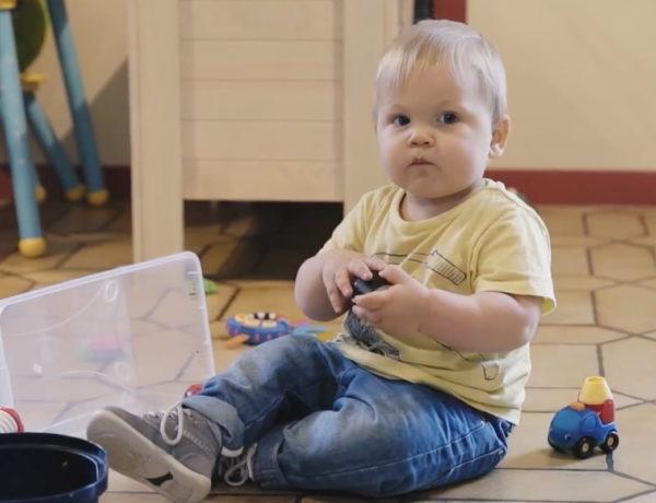 Série vidéos Dis-moi avec Wesco, pourquoi les bébés prennent et relâchent les objets